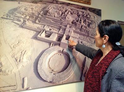 Ruth Shady mostrando fotografía de Caral