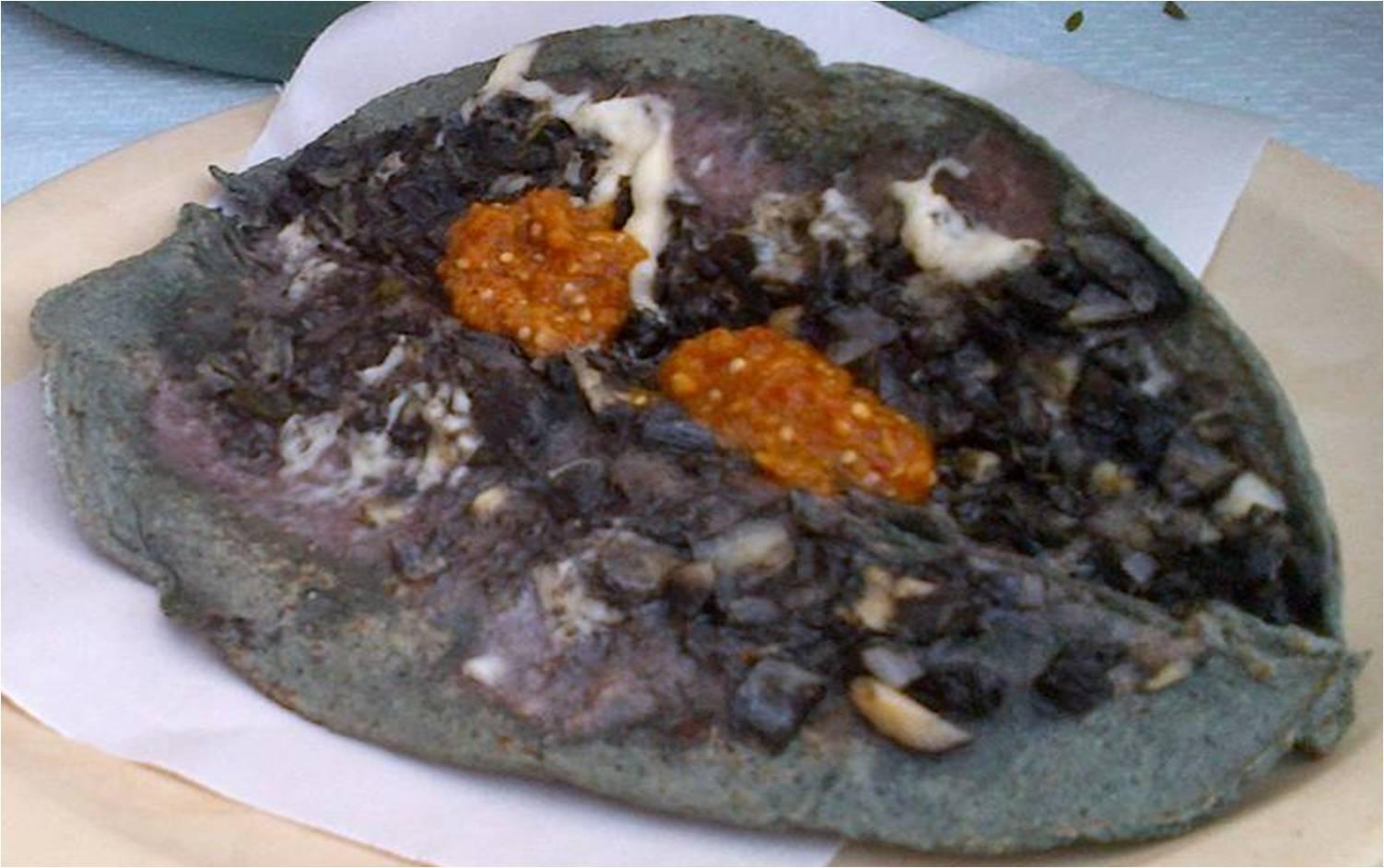 Quesadilla de maíz azul con huitlacoche y salsa picante