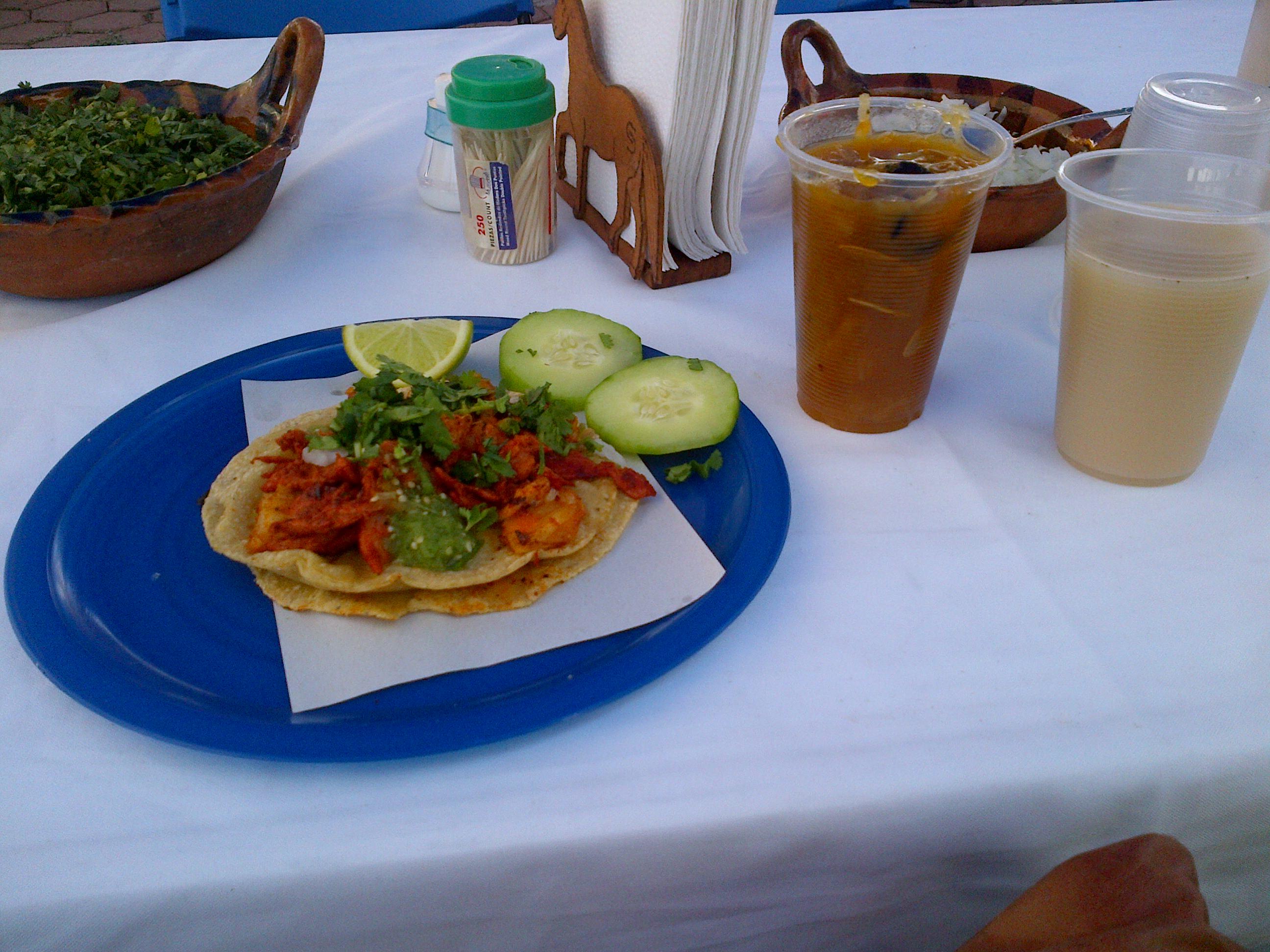 Vaso con agua de chilacayote, vaso con horchata  y taco de carne enchilada poblana
