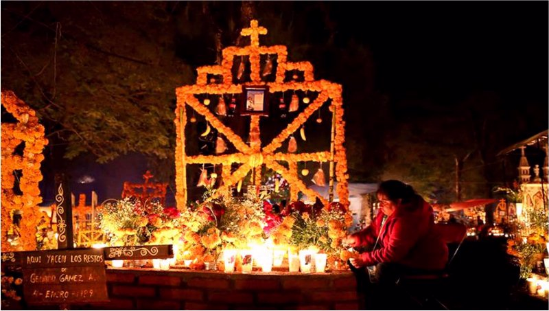 Altar con veladoras y flores de cempazúchitl (10)