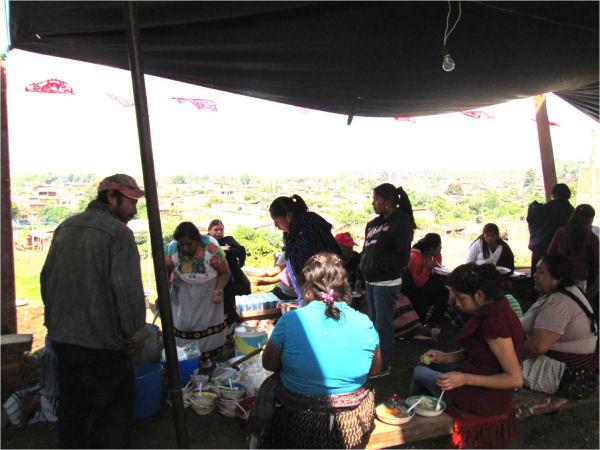 Gente comiendo el pozole (Foto de la autora de este escrito)