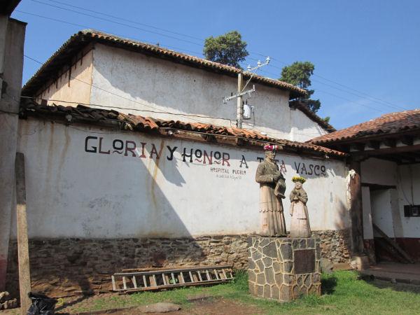 """Gloria y honor a Tato Vasco, Hospital Pueblo de Santa Fe de la Laguna 1533"" (Foto de la autora de este escrito)"