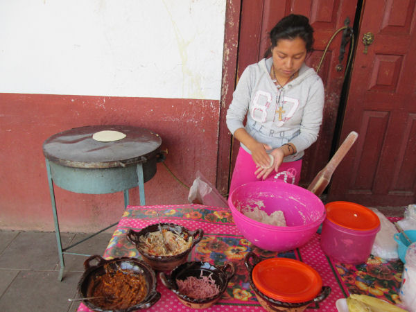 Gabi haciendo tortilla de maíz (Foto de la autora de este escrito)