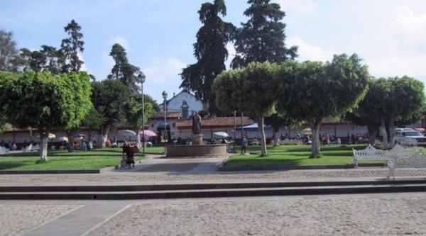 Santa Fe de la Laguna, Plaza con estatua de Vasco de Quiroga. (Foto de la autora de este escrito)