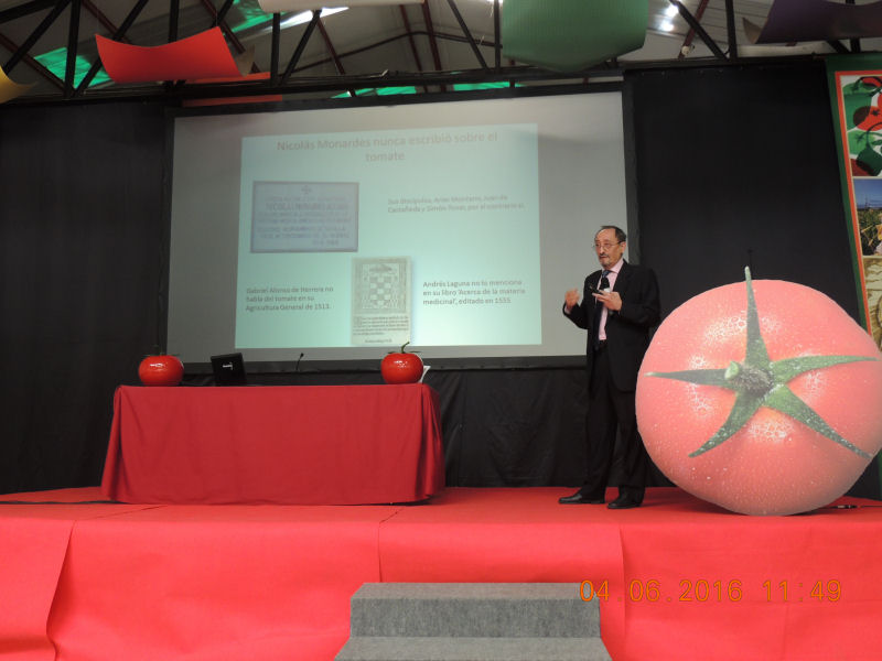 El autor de este trabajo impartiendo la conferencia en Gran Canarias sobre la Historia del Tomate